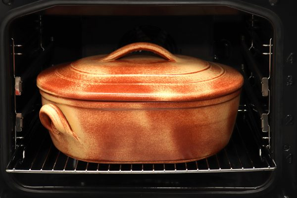 Glinena posuda za pečenje s poklopcem